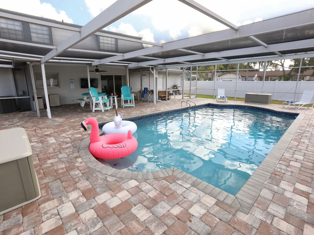 Living Large! 5br/3ba, heated pool, spa, grill, RV parking