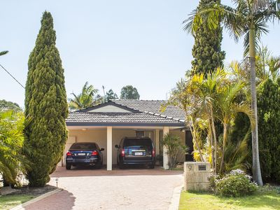 Photo for Spacious modern large family home with resort pool, great location and privacy