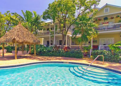 You'll love this seasonally heated pool and tiki hut!  - Stunning heated pool with shaded tiki hut