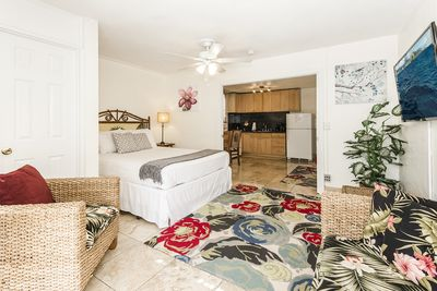 Hawaiian Decor Condo with Ceiling Fan and Large Flat Screen TV - Hawaiian Decor Condo with Ceiling Fan and Large Flat Screen TV