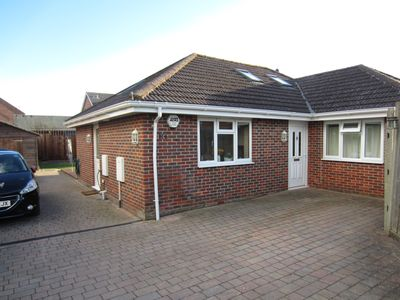 Modern Bungalow in Coastal Village, 2 Bedrooms, Sleeps 5, parking and garden