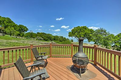 Live carefree by the lake at this vacation rental house in Kingston!