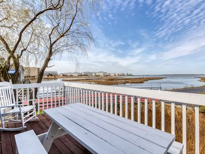 Photo for Waterfront beach cottage w/ full kitchen, cable, free WiFi - close to the beach!