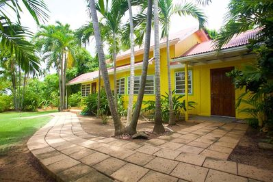 Recently renovated, it is a few steps away from Tres Palmas Marine Reserve