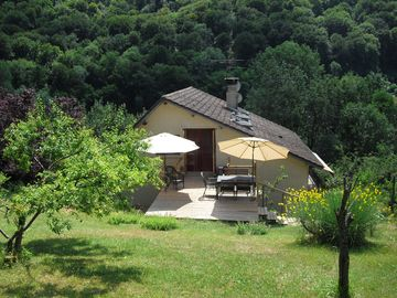 Cottage on the edge of the Doubs River and bikeway Euro 6 'imperfect house'