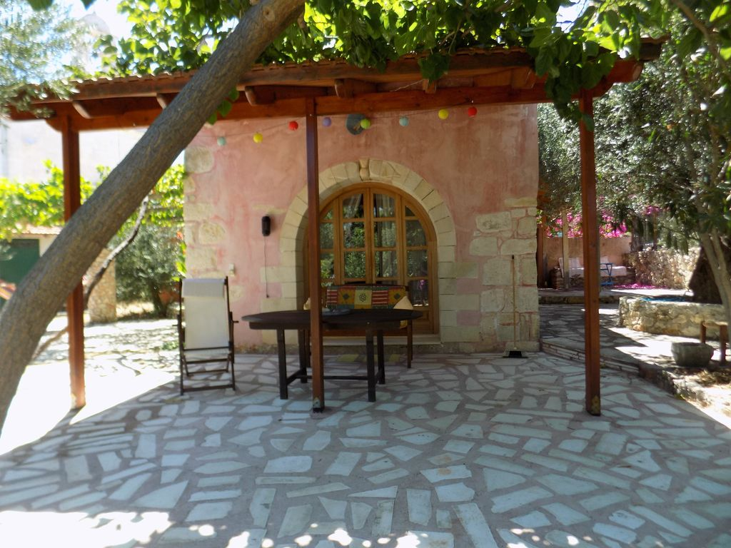 Plakoura, a quiet and privacy in village square of Plaka with ...