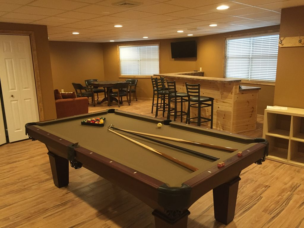 8 bedroom pool table large deck fire pit - Shuffle Board