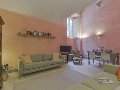 Photo for Spacious Pink House apartment in Oltrarno with WiFi & integrated air conditioning.