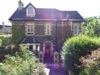 Quaint, homey, comfortable accommodation within walking distance to town.