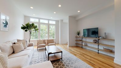 Photo for 3 En Suite Modern & Bright Townhouse - 8min to DT