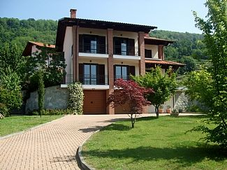 Spacious 3 Bedroom House With Balconies, Outside Dining and Large Secure Garden
