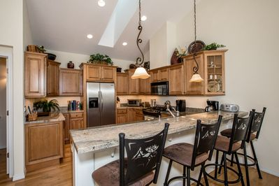 Welcome to Cleo's Place! Big kitchen with bar area for entertaining