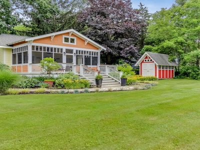 Dog-friendly cottage with large fenced yard and screened porch