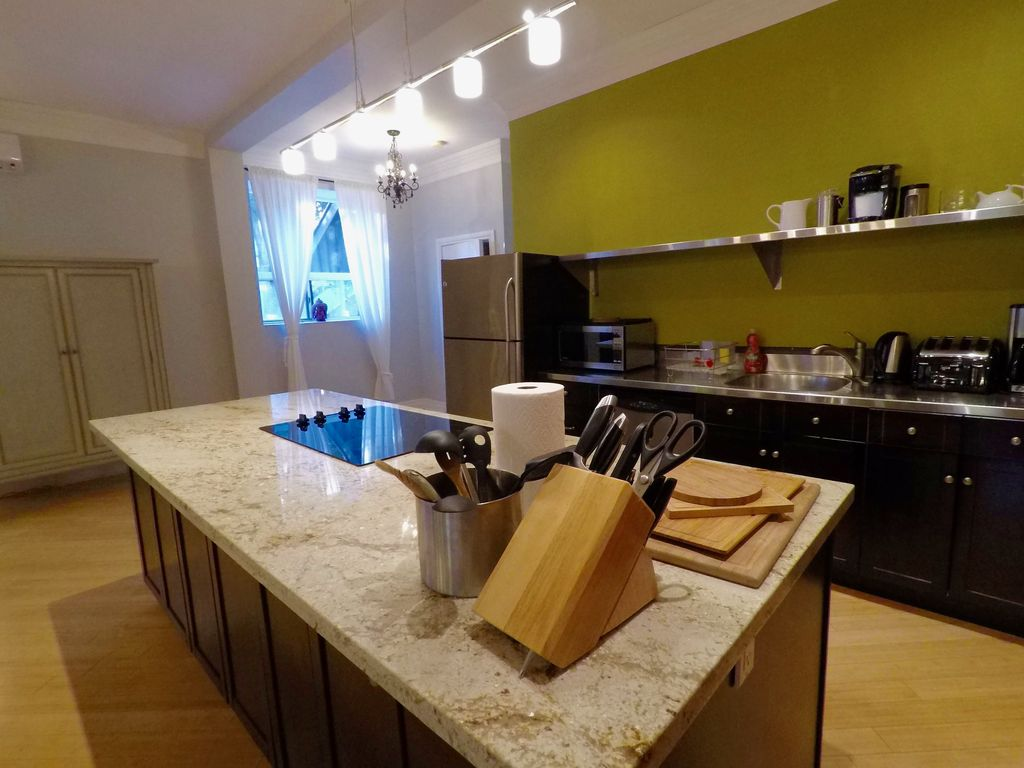 Spacious Garden Suite In Grand Victorian in Little Italy Dwtn With ...