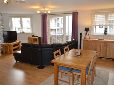 Photo for Edinburgh city flat with 2 bedrooms & free parking