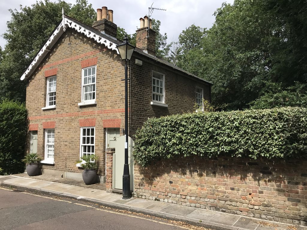 charming victorian cottage in a great homeaway richmond upon thames. Black Bedroom Furniture Sets. Home Design Ideas