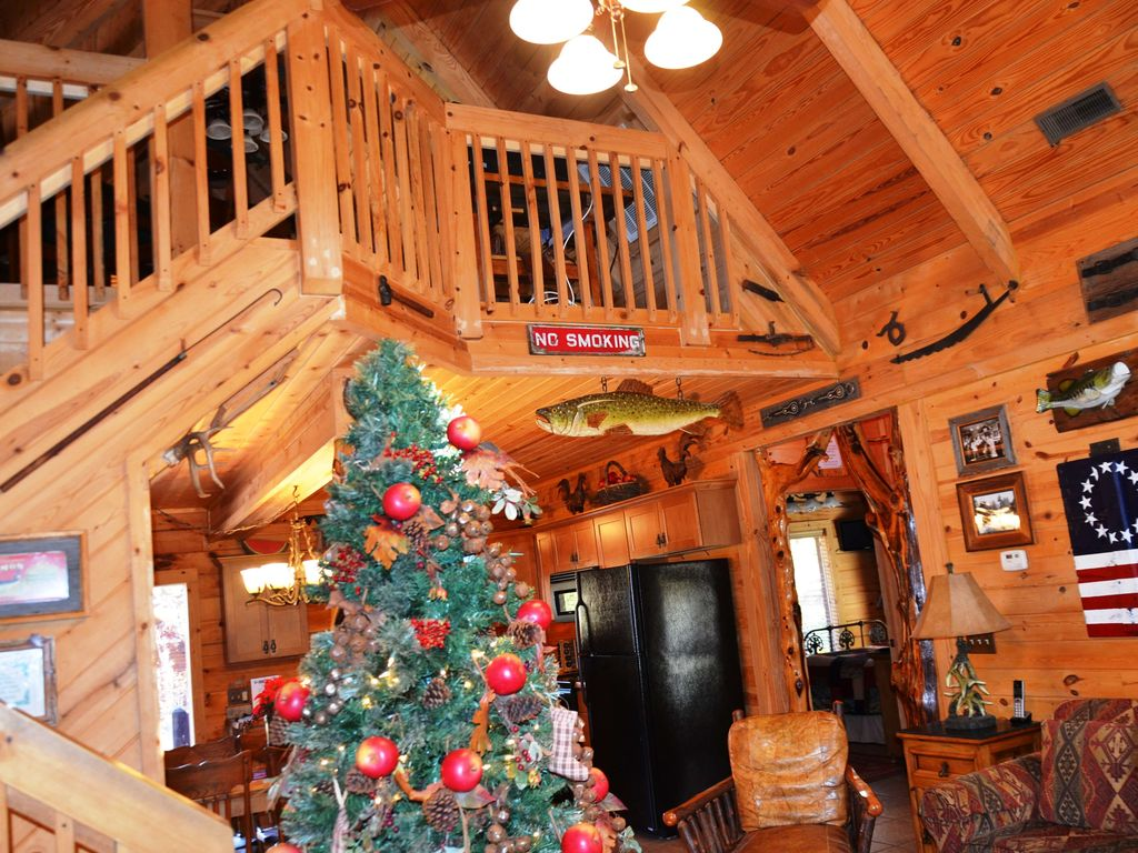 Real cabin that soars above the rest! Hot Tub, High end decor, Loft, Gametable