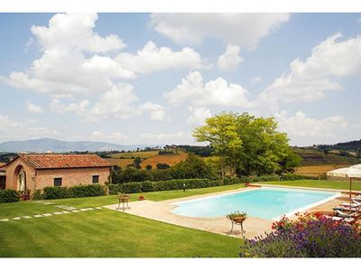 Photo for Beautiful apartment with pool, WIFI, A/C, TV, patio, panoramic view and parking, close to Cortona