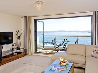 Photo for Harbour View, Luxury 5 star Apartment, Stunning Views, Location Free Parking