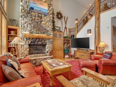 Photo for Great kitchen, private hot tub, near the Village at Sunriver, 8 SHARC passes!