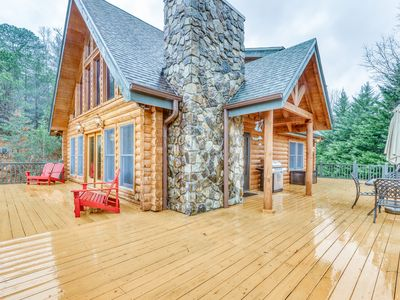 Stunning, dog-friendly cabin w/beautiful views, wrap-around deck, and gas grill