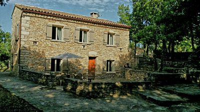Photo for Small farmhouse in the heart of the Luberon with pool, quiet