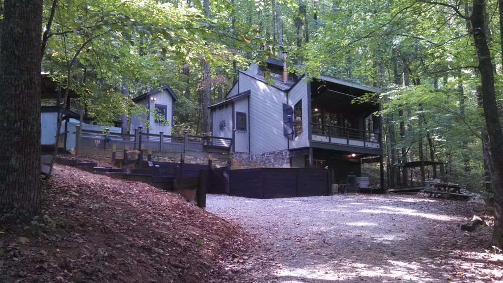 Cozy modern cabin the squirrel 39 s nest vrbo for Charlottesville cabin rentals hot tub