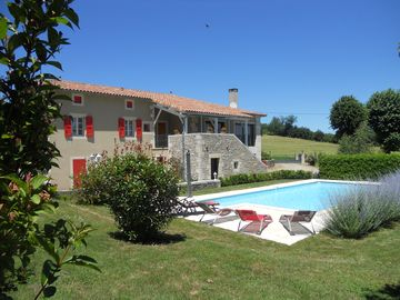 House, good services, pool, green setting, between Quercy and Rouergue