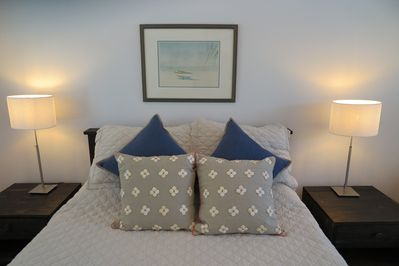 Comfortable queen bed with 100% cotton linens