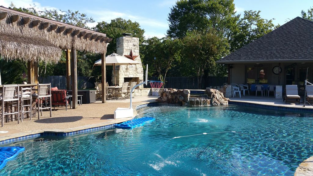 5 BR w/ Fabulous Pool/Tiki Bar & Grill/ Separate Cabana Only Blocks To Campus