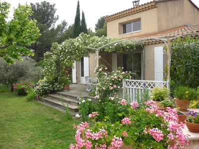 Photo for Independent villa, sunny and bright, on a hill at Isle-sur-la-Sorgue