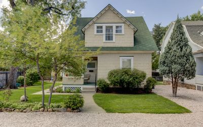 ADORABLE DOWNTOWN COTTAGE WITH HOT TUB!