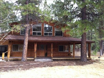 Welcome to the western town of Sisters, Oregon! Stay in our 4 bdrm log cabin!