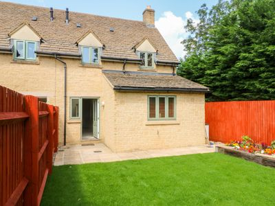 Photo for Fosse Cottage, BOURTON-ON-THE-WATER