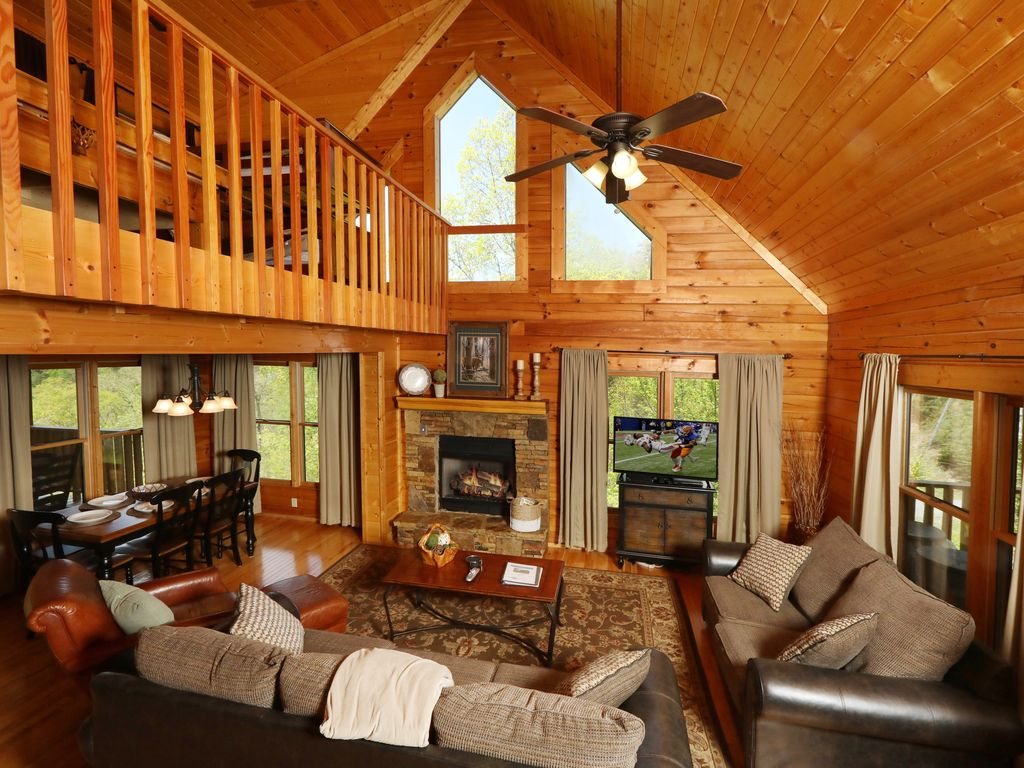 Beautiful 3 Level Cabin! Hot Tub, Pool Table, Arcade Game! Free -  Pool, Putt Putt, Fishing, Etc!