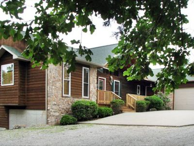 Hillcrest Lodge with 5 bedrooms, Full kitchen, Master suite, hot tub