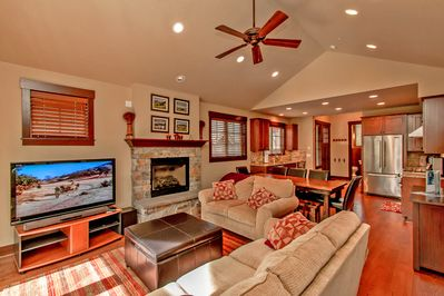 Prospector's Point - Comfortable living room with a large flatscreen and a gas fireplace!