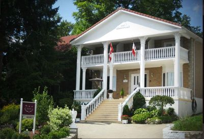 Niagara Classic B&BNiagara Classic Inn, part of the Niagara Historical Inns Group, offer guest a fabulous location and a superb complimentary cooked to order breakfast.