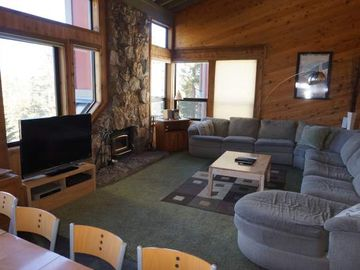 Sleeps 12 and just across from Canyon Ski Lodge!