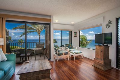 Living Area with Panoramic Ocean and Reef View