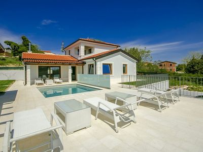 Photo for Comfortable detached villa with swimming pool and jacuzzi, 8 km from the beach