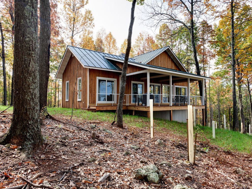 Mtn retreat w stone fireplace 20 min to t vrbo for Charlottesville cabin rentals hot tub