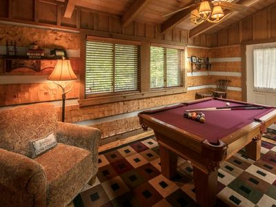 Bear Den/Cozy Log cabin w/ Wood Burning Fireplace - Close to High Country Attractions, Last minut...