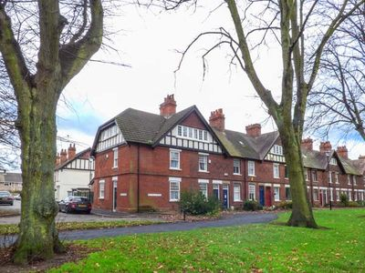 Photo for THE HOUSE ON THE GREEN, pet friendly in Derby, Ref 930021