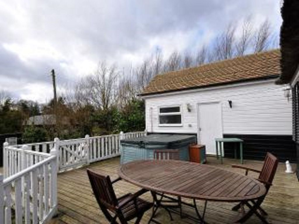 Stunning Wroxham Holiday Cottage On The River Bure With