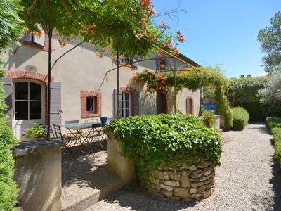 Photo for Provencal farmhouse in the middle of the vineyards, pool, shaded barrel vault