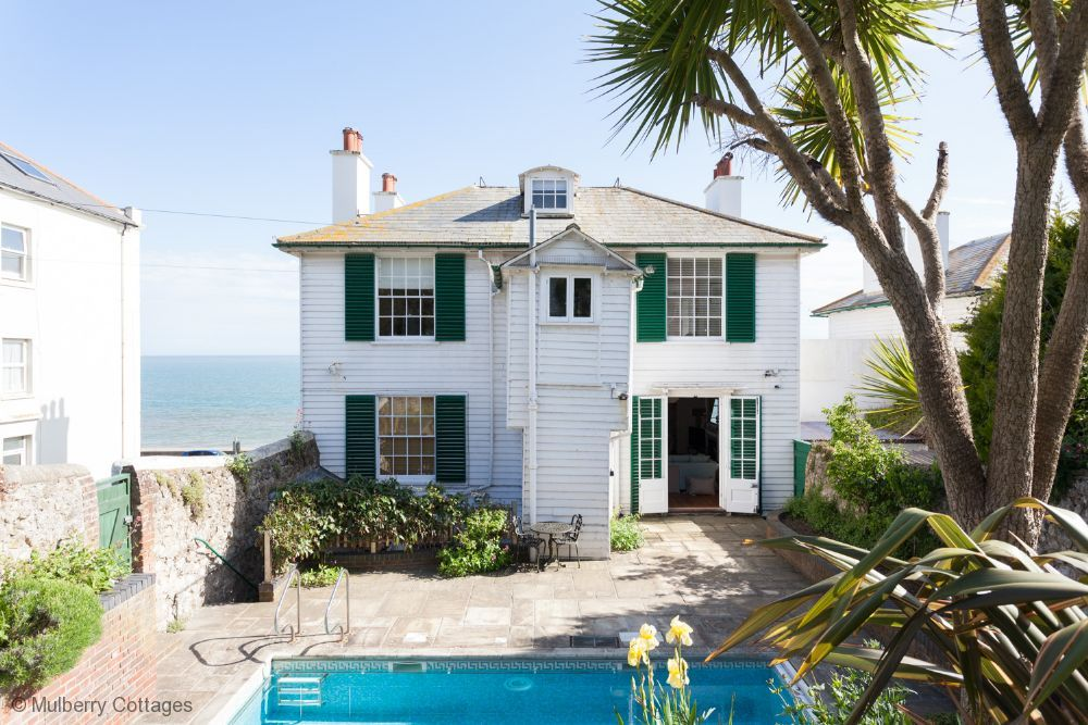 Regency Beach House - a cottage that sleeps 12 guests in 4 bedrooms