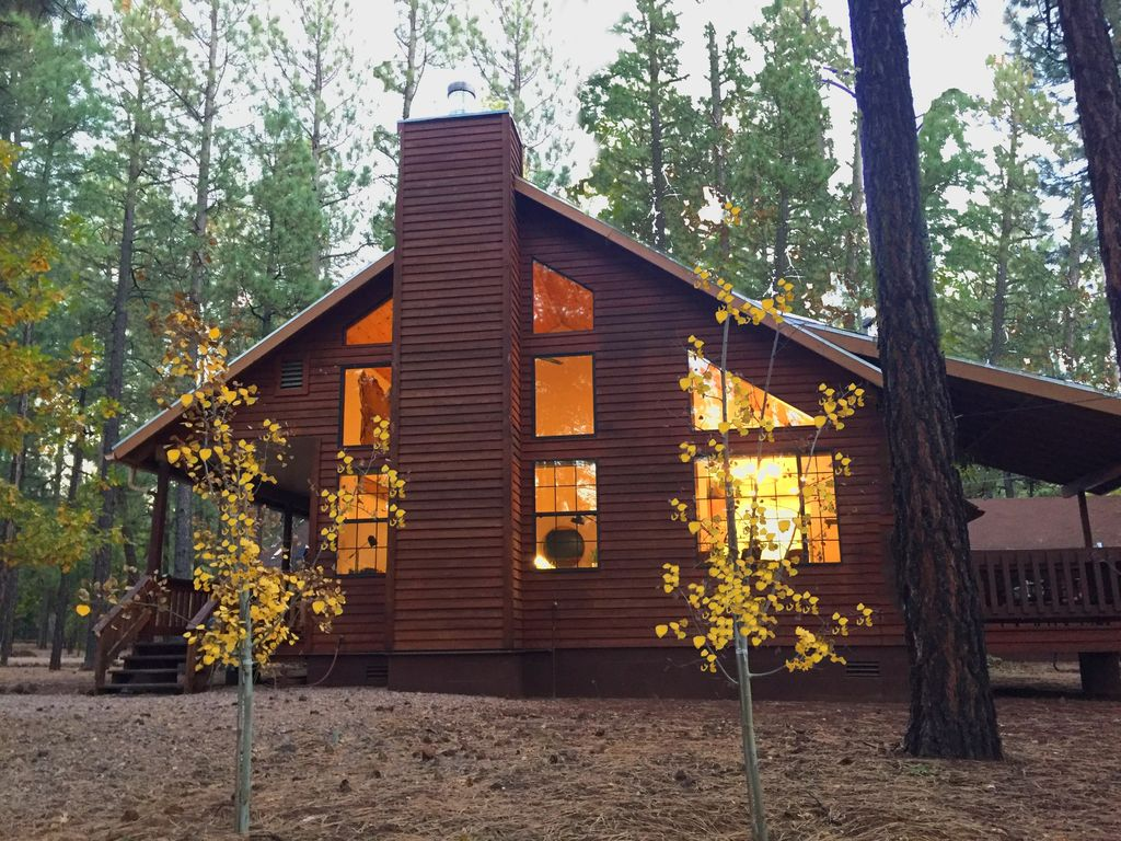 Luxury cabin retreat on spacious wooded lot vrbo for Az cabin rentals with hot tub