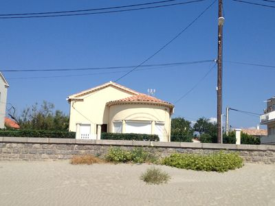 Photo for Detached villa air-conditioned F4, located in the front line to the beach