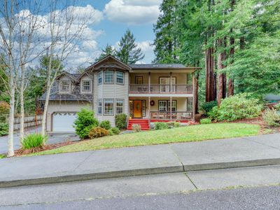 Upscale home w/ full kitchen, game room, private deck, & redwoods!